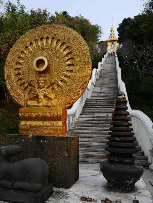 Высокая лестница, но к храму наверху можно подъехать