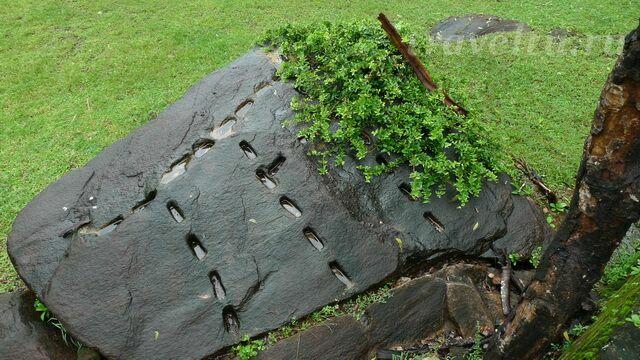 kamen-so-sledami-krepleniy