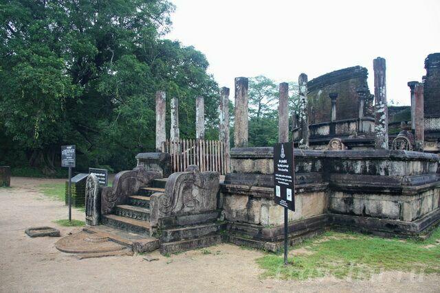 skulpturyi-hramyi-odin-iz-vhodov
