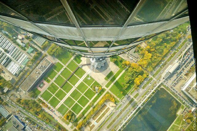 Вид на основание башни через стеклянный пол смотровой площадки.