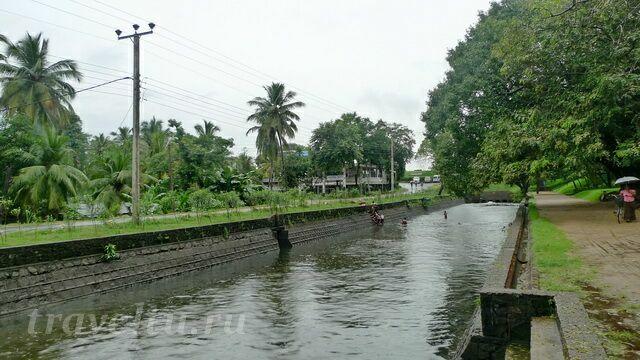 voda-kanal-muzhchinyi-moyutsya